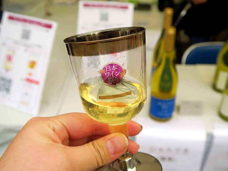 新潟県産のシャルドネを100%使用。フレンチオーク樽で熟成している