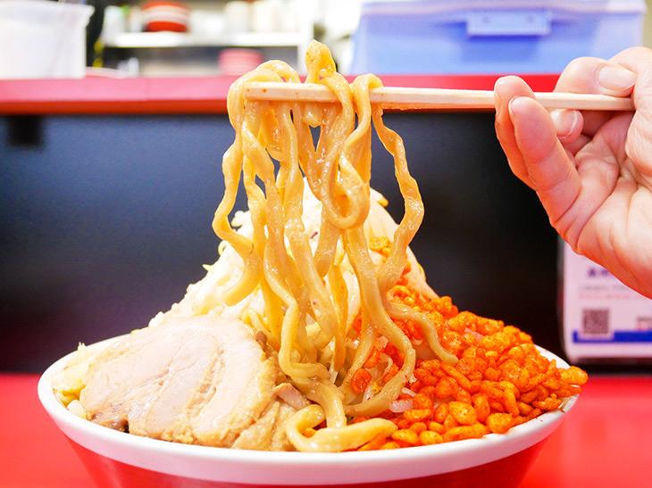 麺はストレートの自家製太麺。スープやトッピングに負けない存在感!