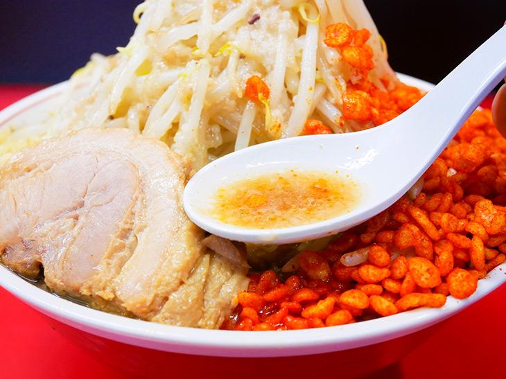 乳化した豚骨ベースのスープは、辛揚げが溶け出すことで味に変化が