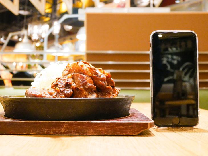 「特大トンテキ定食」1,500円。高さは肉約8cm、キャベツ約9cm。キャベツのボリュームも実はすごい!