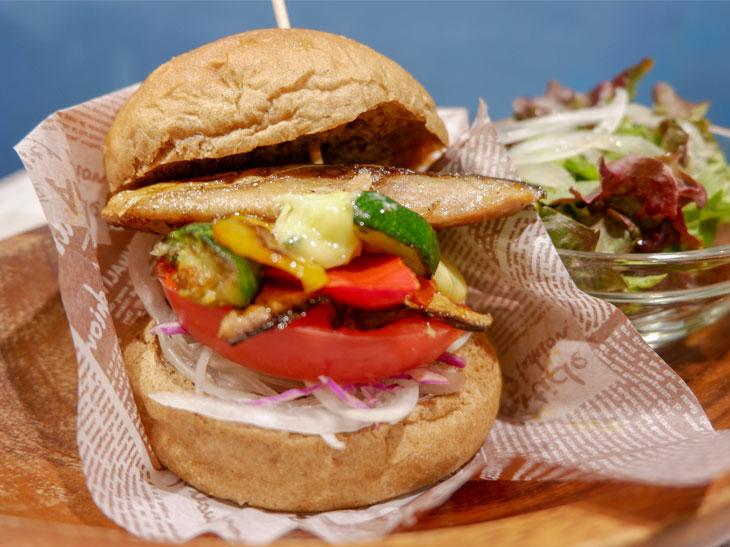 彩り野菜のわさびマヨ鯖バーガー