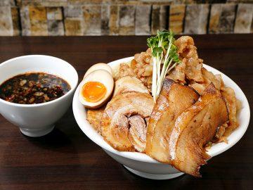 そびえ立つ肉山のド迫力! 『六代目けいすけ』湯島店で「大盛麺つけ麺」を食べてきた