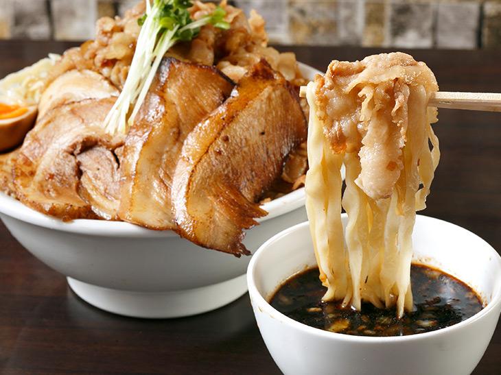 濃厚なつけ汁に白い麺が映える! ストロング感をビシビシ感じる肉盛りつけ麺