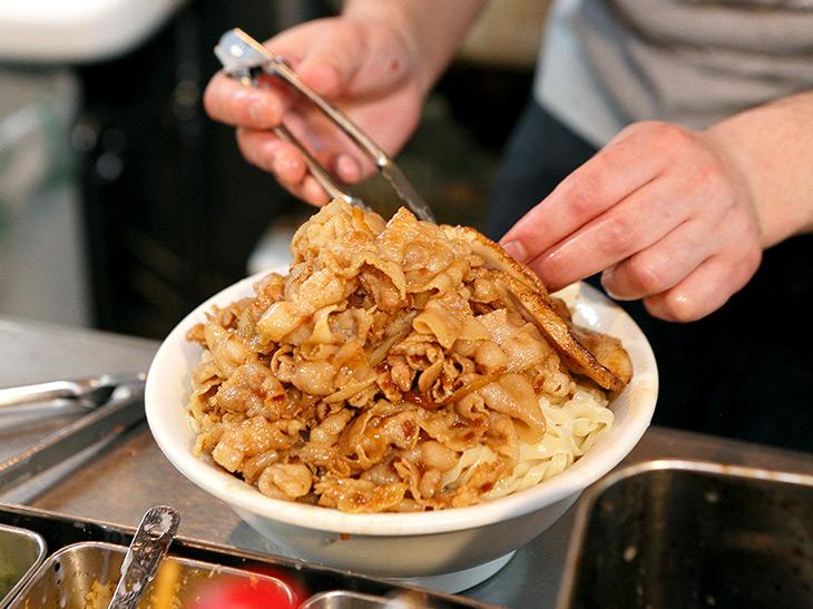 器いっぱいに麺を入れたのち、肉を山状に盛りつけ。おそらくだが、麺と肉の割合、ほぼ1:1