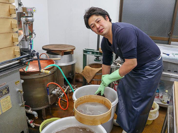 「和菓子職人は中腰でする作業が多いので、常に腰痛です」と言う高地さん