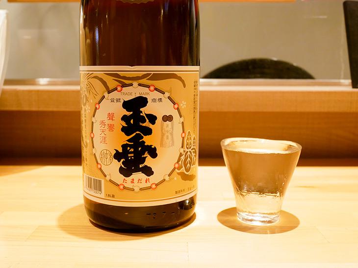 「玉垂」(たまだれ)半合250円。日本酒は1合の場合400円~。数量限定で特別価格で出すお酒も