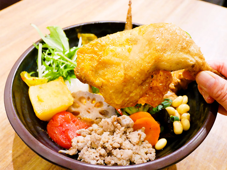 大きな鶏モモ肉も。スープに野菜にと味わうものがいっぱい。ゴハンをLLLにしてよかった~。