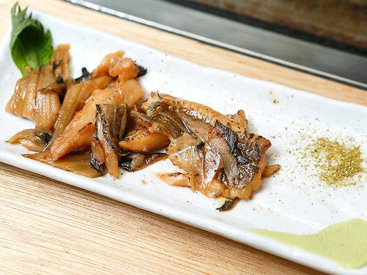 「煮穴子」200円。山椒とワサビをちょっとつけて。甘辛味がバリキングに合う!