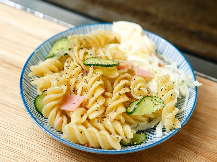 「マカロニサラダ」180円。マヨネーズじゃない、さっぱり味のサラダ