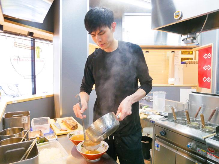 店主の水原さん。「食べ応えのあるエビのワンタンと肉のワンタンが4個も入った『ワンタン麺』1,040円も人気です」