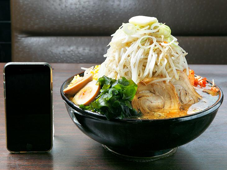 「カチ盛りジャンボラーメン」1,728円。高さは約22cm。モヤシタワーの上にはバターが
