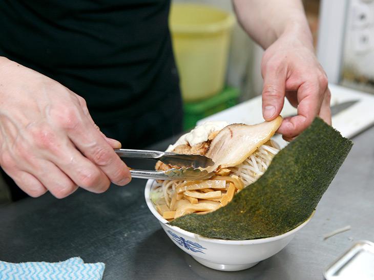 野菜などを盛り付けた最後に山賊焼きをトッピング。麺は倍量で200⇒400g、野菜は通常の1,5倍