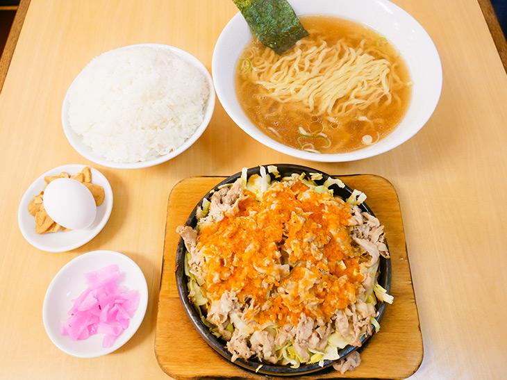 「ビッグ鉄板麺」1,420円。鉄板焼きに半ラーメン、丼ゴハン、生卵、ニンニクチップ、お新香がセット