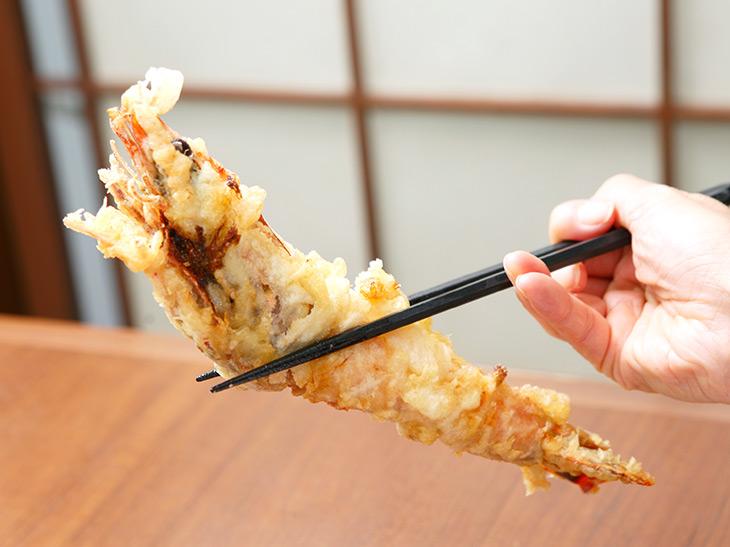 いざエビを箸で持ち上げてみたら…お、重いっ! 手首にグッと力が入る重さ!