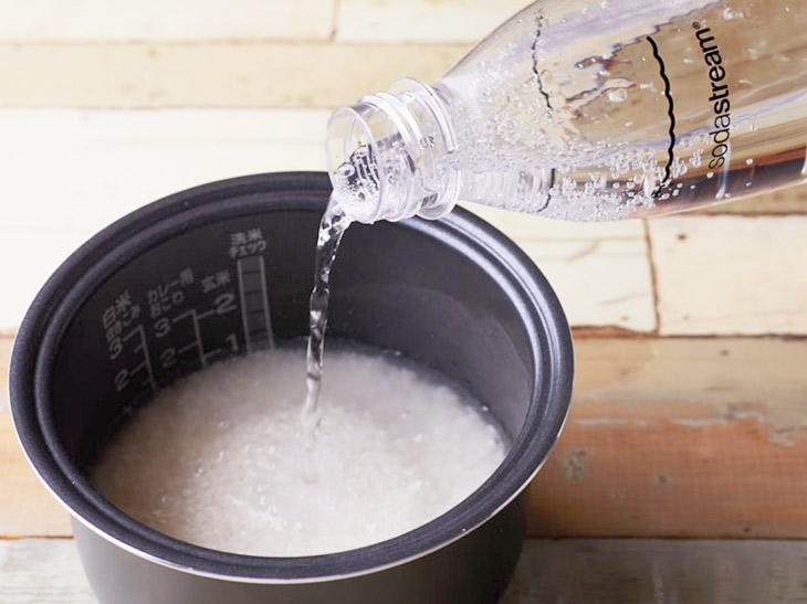 浸水後、水から上げたお米に、目盛りに合わせて炭酸水を入れるだけ。たったこれだけで大きな違いが!