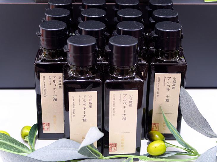 取材時はすでに「小豆島産 緑果オリーブオイル」は売り切れており、「小豆島産アルベキーナ種」(180g 6,480円)が店頭に並んでいた。こちらも数量限定のため、すでにオンラインでは完売