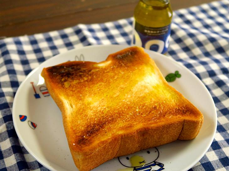 こんがり焼いたトーストに「低温抽出ガーリック」をさっとかける