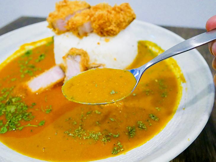 皿右側、フルーツベースのカレー。野菜ベースに比べて若干色は黄色が強いかも