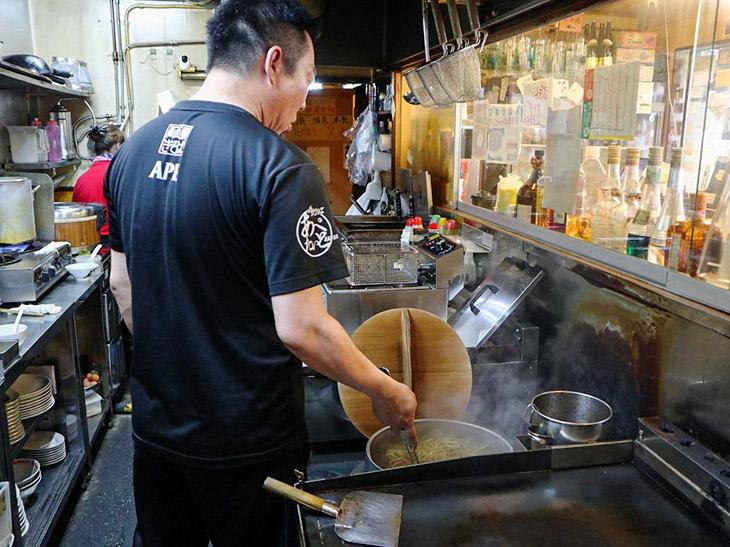 麺茹でを見ていると、非常に不思議な動きをして麺を動かしています