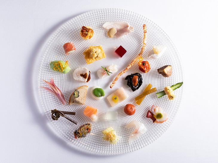 「インサラティッシマ・リナシメント」3,600円。30種の小さな前菜を盛り合わせた『リナシメント』のシグネチャーディッシュ。季節感ある旬菜に加え、プリンにしたカルボナーラ、スナック状のアマトリチャーナなど、シェフのフィルターを通して再構築したイタリア伝統料理が皿を彩る。コースの前菜として登場するほか、アラカルトでのオーダーも可能