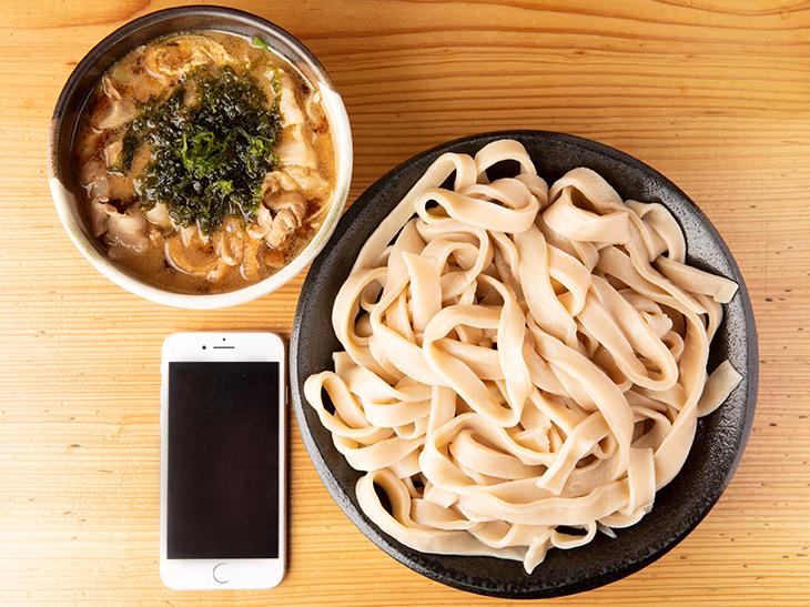 「とこ井スペシャル」1,100円+特盛(極太麺)250円。確かに見た目はさほどボリューミーじゃない、が、しかし!