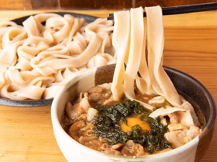 コシが強く、食べ応えのある極太麺は、3本でも箸にずっしり。えっ? こんなに存在感のある麺だったとは!