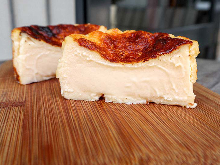 『GAZTA』のバスクチーズケーキ(8cm760円・税込)を半分にカットするとこんなにとろ~り