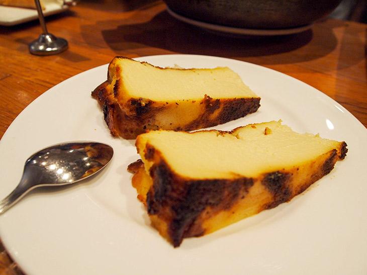 『ラ・ヴィーニャ』のチーズケーキはカットして提供される