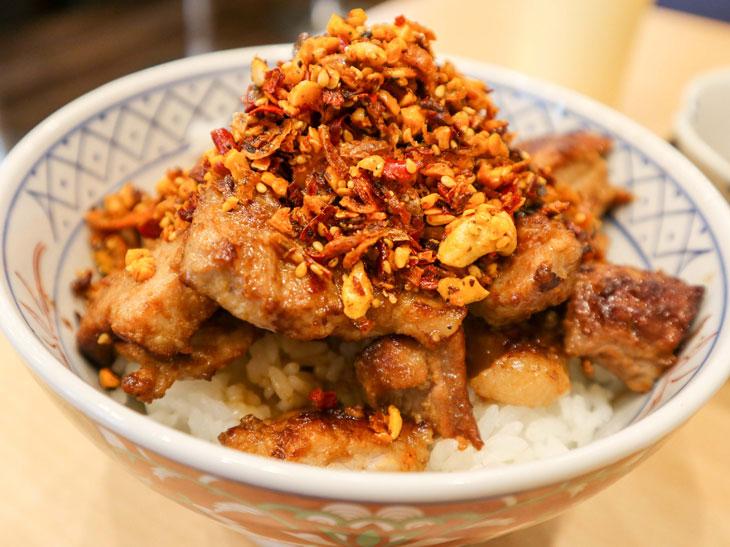 「豚丼 マントル」(並)880円。お米は鳥取県の「きぬむすめ」