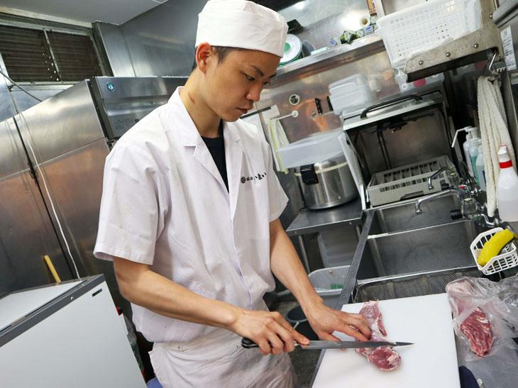 """ご主人の関盛さん。前職はイタリアンの料理人だったそうです。店名「いまい」は、「""""いまい""""ちばんの豚丼を目指しているから」だそうです"""