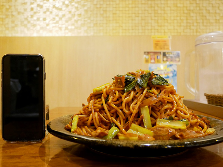 直径28cmのお皿に盛り付けられたスパゲティの高さは約13cm。スマホとほぼ同じ高さ
