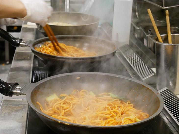 メガ盛りは大きなフライパン2つで同時に炒めて調理。出来たてはアツアツ、ホクホク