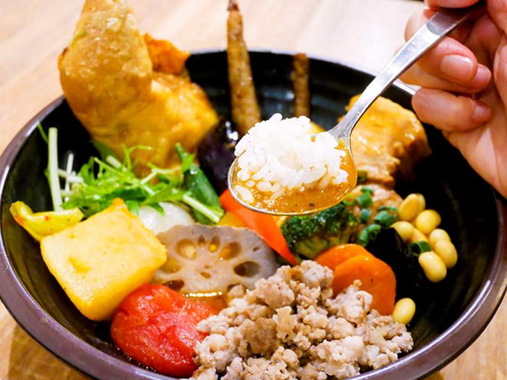 どの具から食べようか真剣に悩む。とりあえず、ライスとスープで一口!