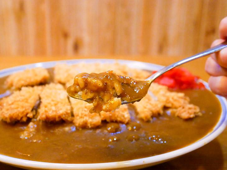 ルーは程よいトロミの豚ベースカレー。初めて食べてもどこか懐かしさを感じる、ザ・日本のカレー