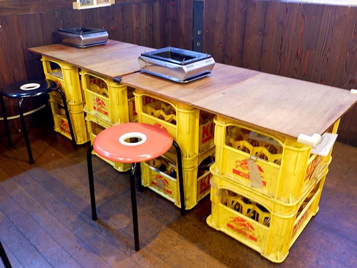 高田馬場駅から徒歩10分ほど。ビールケースに板をのせたテーブルがなんともワイルド