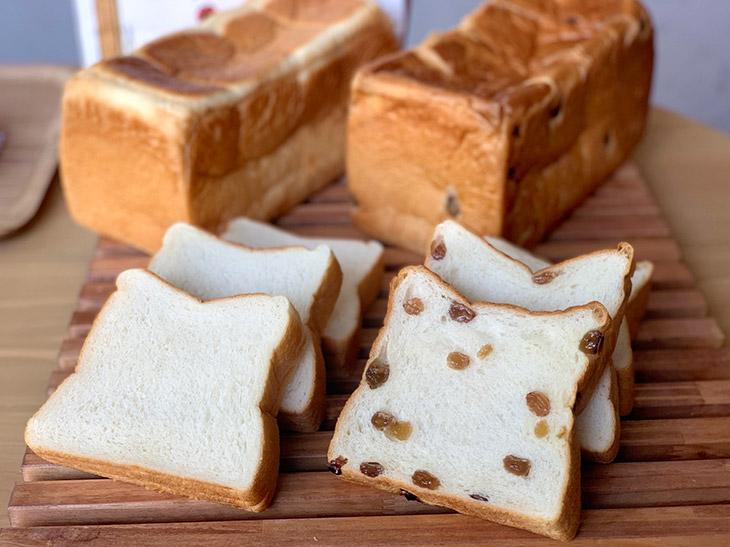 『午後の食パン これ半端ないって! 橋本店』で販売されている食パン。左が「半端ない熟成」800円、右が「仕方ない午後」980円