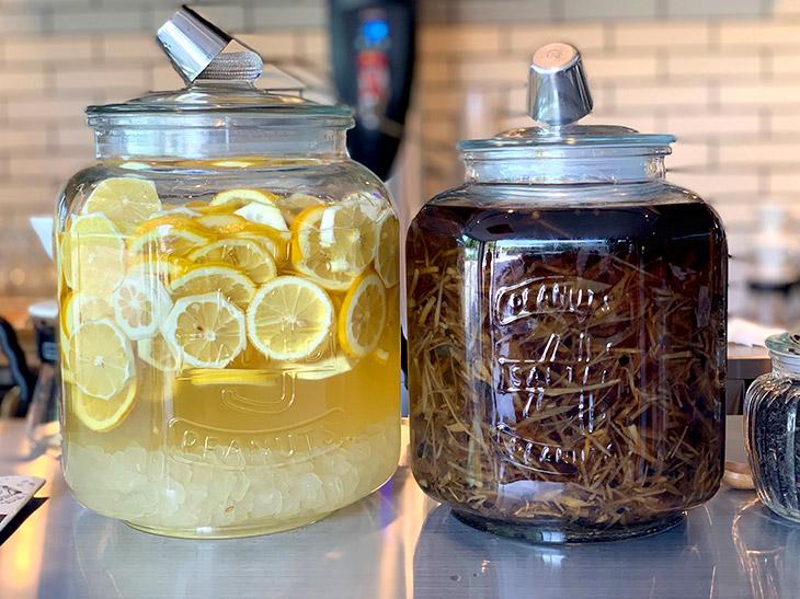 左が自家製レモネード、右が自家製ジンジャーエール。ホットとアイスで