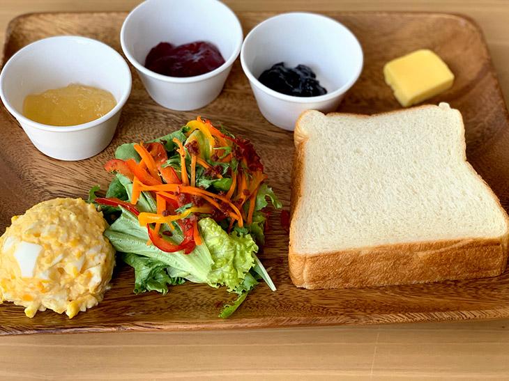 パンに合うものばかりがワンプレートになった「朝食セット」580円