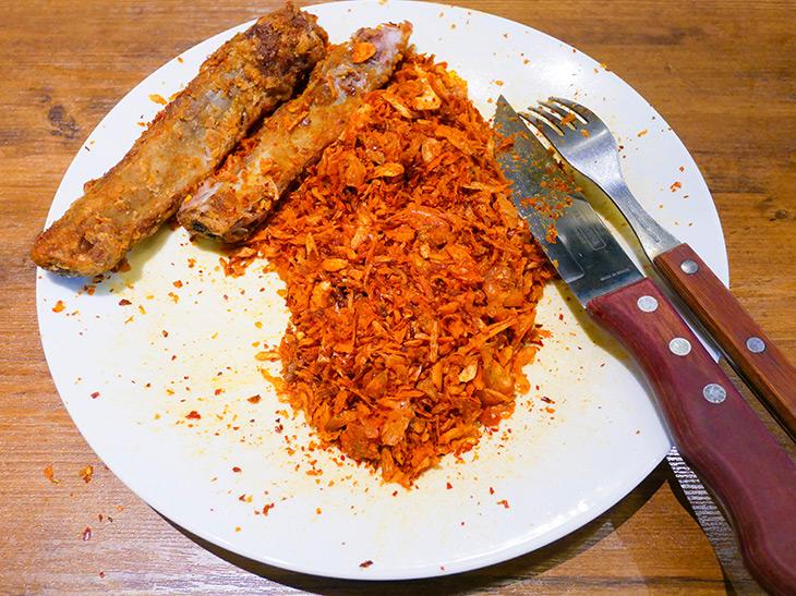 骨ギリギリまで食べて完食。お皿に残った大量の毛沢東パウダー。こんなにかかっていたとは!