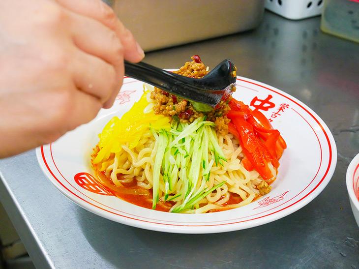 トップにのった肉味噌は、秘伝の辛味噌で作ったもの。甘めなのに、青・赤唐辛子がガツッとくる!
