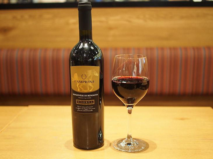 「カンピオーネ サンジョベーゼ リゼルヴァ」(ボトル3200円)は、イタリアのロマーニャ地方で作られたワイン。肉だけでなくハード系のチーズにも合う