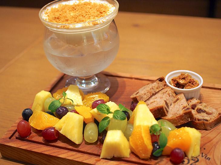 「冷製生クリームチーズフォンデュ&5種フレッシュフルーツ食べ放題!」は1人1280円で、60分間チーズフォンデュソースとフレッシュフルーツなどが食べ放題