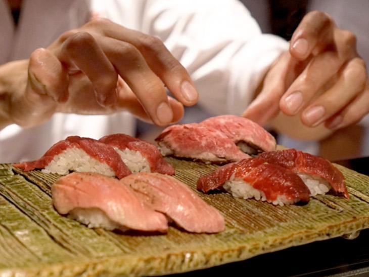 """平日は毎日1000円で肉寿司が食べ放題! """"馬""""すぎる『上野 肉寿司』夏の陣がスタート"""