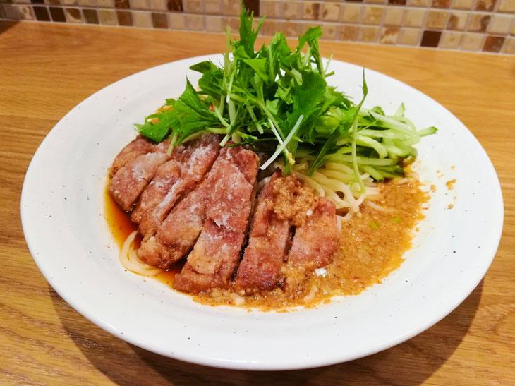 夏場にはさっぱり食べられる冷たい「排骨担々麺」980円もおすすめ