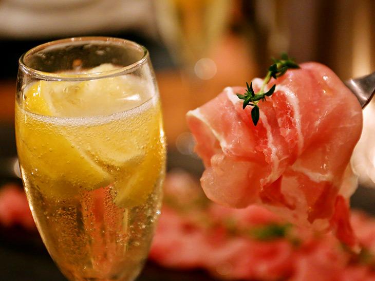 生ハムと泡ワインが1時間1500円で食べ飲み放題の絶品コースとは?