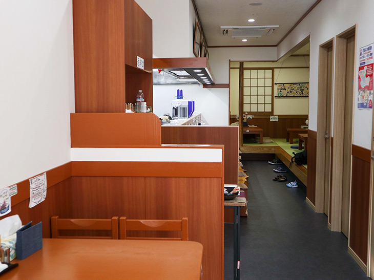 テーブル席、カウンター席、さらに奥には畳の小上がり席も