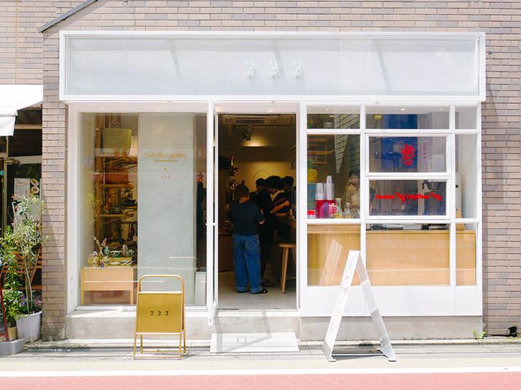 店の場所は、東京・学芸大学駅から徒歩3分ほどの場所。ガラス張りの外観がおしゃれなお店です。