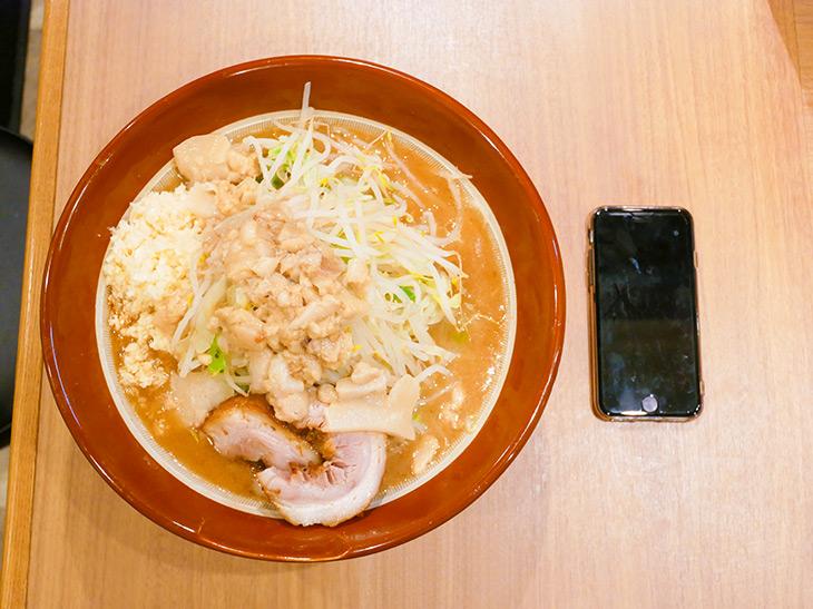 「大ラーメン」880円+麺増し100円、野菜マシマシ(無料)。直径28cmの巨大すり鉢で目の前に来た~!