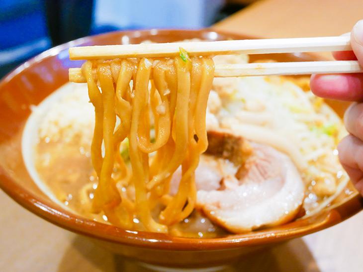 太めの平打ち麺は、平塚にある本社、四之宮商店の麺。豚骨醤油のスープと絶妙の相性