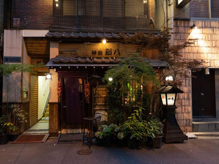 のれんや行灯、瓦屋根など趣のある店構え。JR神田駅東口から徒歩1分ほどの場所にある